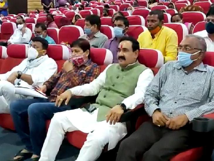 गृह मंत्री के आसपास बैठे सभी लोग मास्क लगाए थे, लेकिन वे बिना मास्क बैठे रहे।