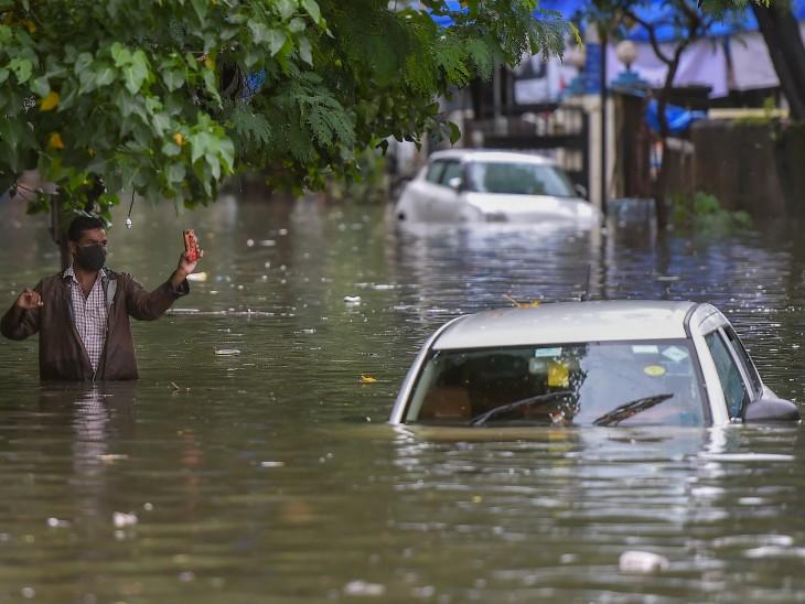 यह फोटो मुंबई के सायन इलाके की है। भारी बारिश की वजह से रोड पर खड़ी कारें पानी में डूब गईंं।