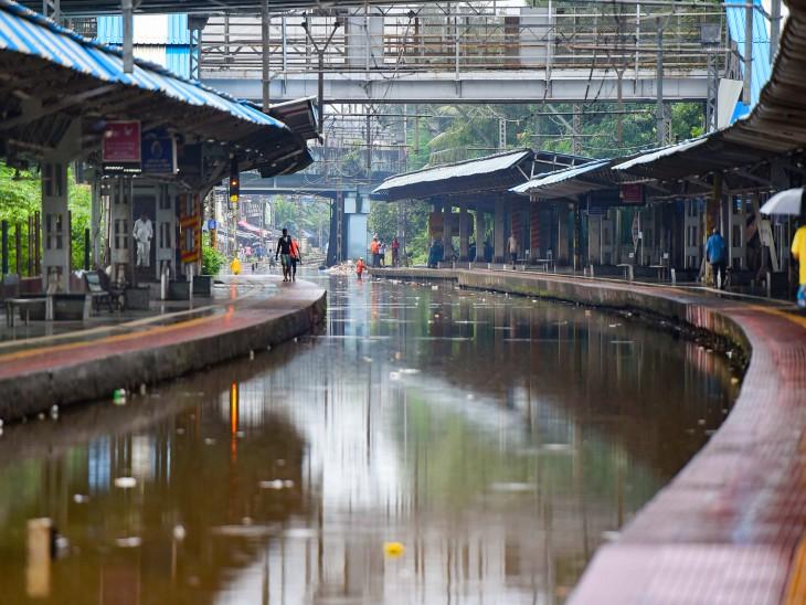 यह फोटो चूनाभट्टी रेलवे स्टेशन की है। यहां ट्रैक पर पानी भरने से लोकल प्रभावित हुई।