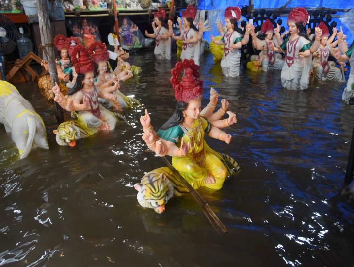 यह फोटो मुंबई के चिंचपोकली की है। यहां एक वर्कशॉप में बारिश से पानी भर गया। यहां पिछले एक महीने से दुर्गाजी की प्रतिमा बनाने का काम चल रहा है।