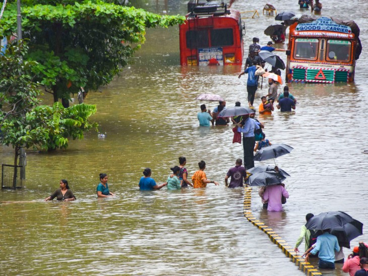 यह फोटो मुंबई के परेल इलाके की है। यहां कुछ इलाकों और सड़कों पर तीन से चार फीट तक पानी भर गया।