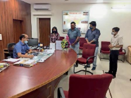 ठाकरड़ा निवासी महोबा एसपी के खिलाफ षड़यंत्र का आरोप, जांच के लिए ज्ञापन दिया|डूंगरपुर,Dungarpur - Dainik Bhaskar