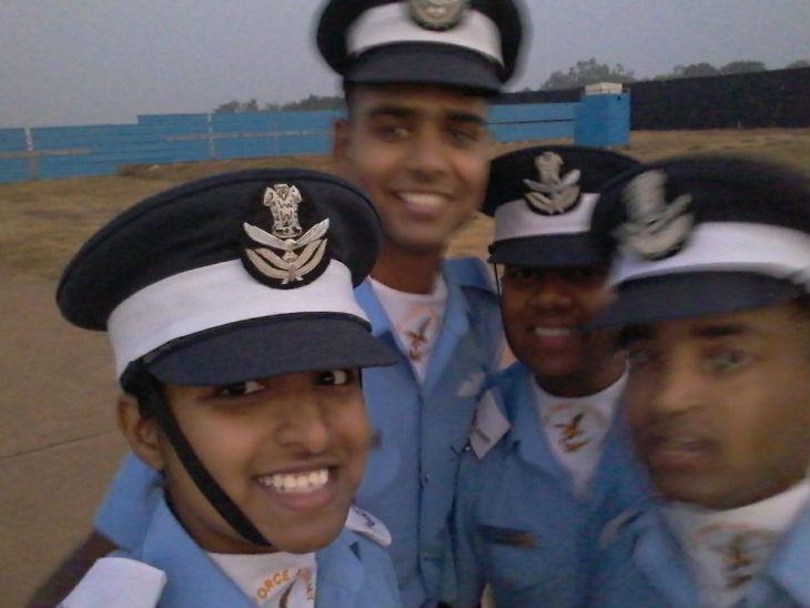 शिवांगी सिंह अपने दोस्तों के साथ।