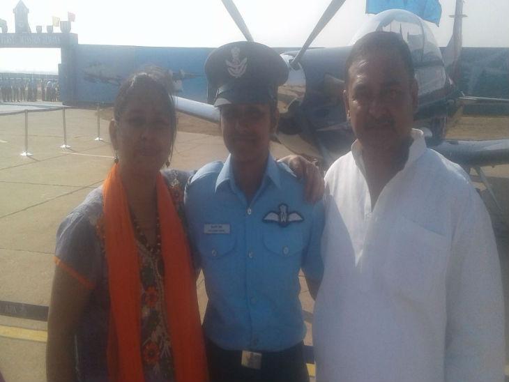 माता-पिता के साथ शिवांगी सिंह।