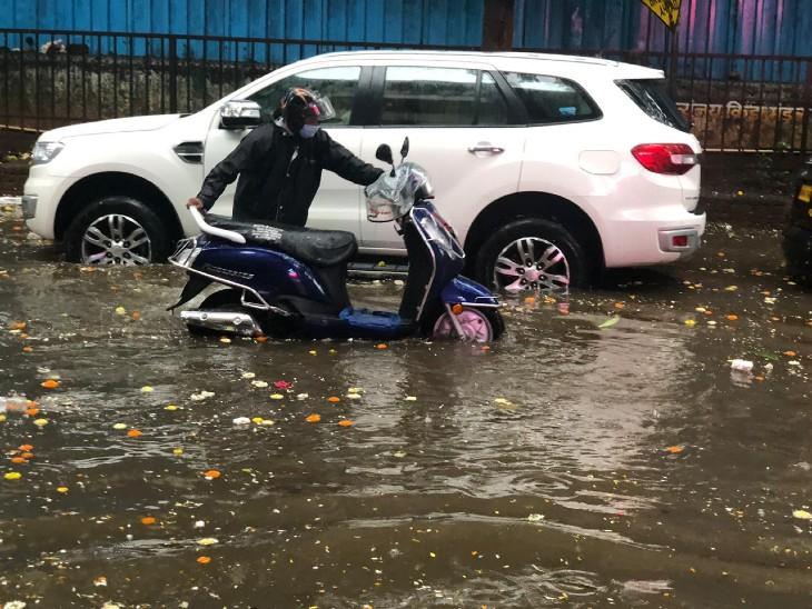 प्रभा देवी इलाके में लोग सड़कों पर गाड़ियां खींचते नजर आए।
