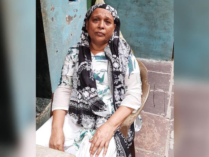 नजमुन्निसा भी धारावी में रहती हैं। कहती हैं, पहले बच्चे एक-एक बिस्किट का पैकेट खाते थे, अब एक पैकेट में से ही तीन बच्चे खाते हैं। लॉकडाउन के पहले कुछ काम मिल जाया करता था, जो अब नहीं मिल पा रहा।