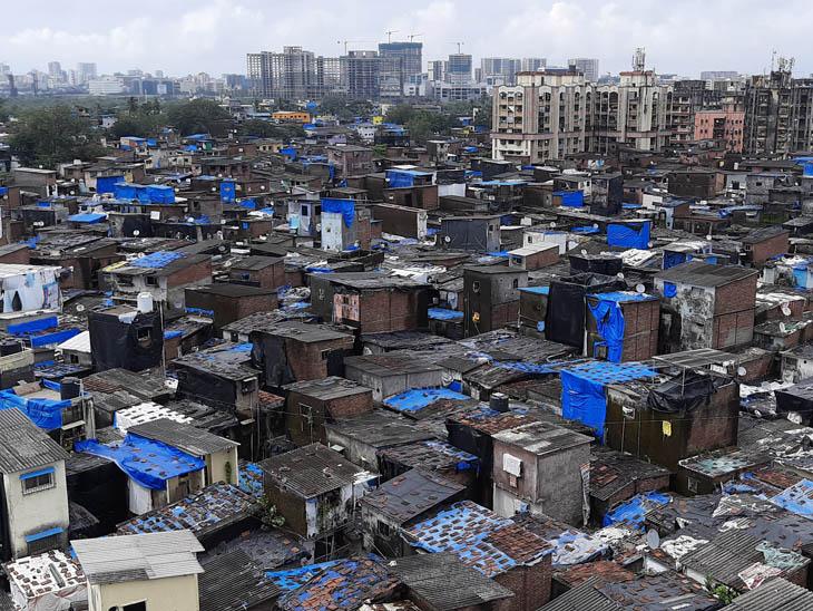 धारावी में पक्की झोपड़ियां हैं, जो ऊंचाई से ऐसी नजर आती हैं।