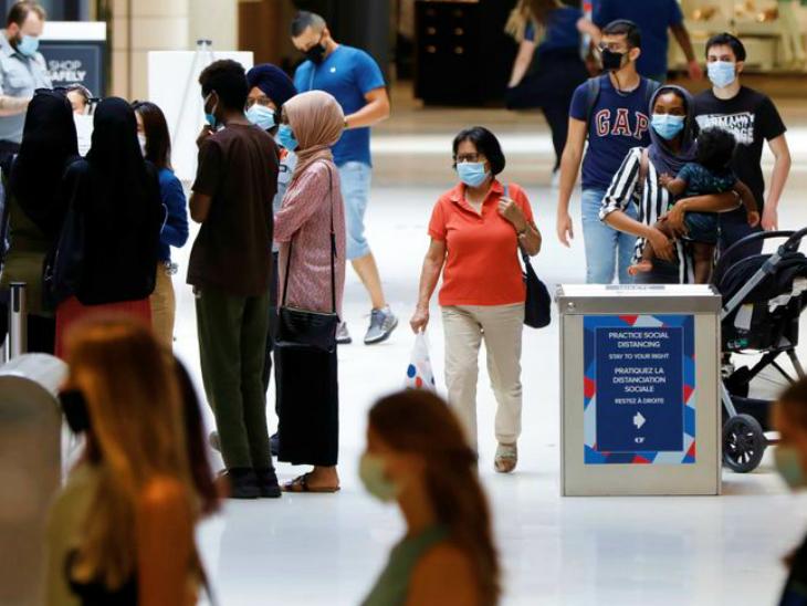कनाडा के वेंकुवर एयरपोर्ट पर मौजूद यात्री। यहां प्रधानमंत्री जस्टिन ट्रूडो ने साफ कर दिया है कि देश में महामारी की दूसरी लहर चल रही है। सितंबर में करीब 20 हजार मामले सामने आ चुके हैं। इसकी पुष्टि हेल्थ मिनिस्ट्री ने भी की है। (फाइल)