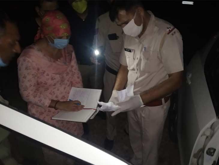 घटनास्थल पर पहुंची पुलिस टीम जांच करते हुए।