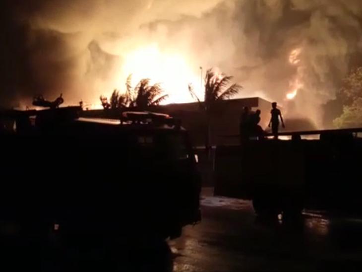 फायर ब्रिगेड की 15 से ज्यादा गाड़ियों ने बुझाई आग।