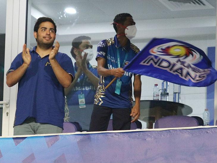 मुंबई की जीत के बाद टीम के मालिक आकाश अंबानी के चेहरे पर खुशी नजर आई।