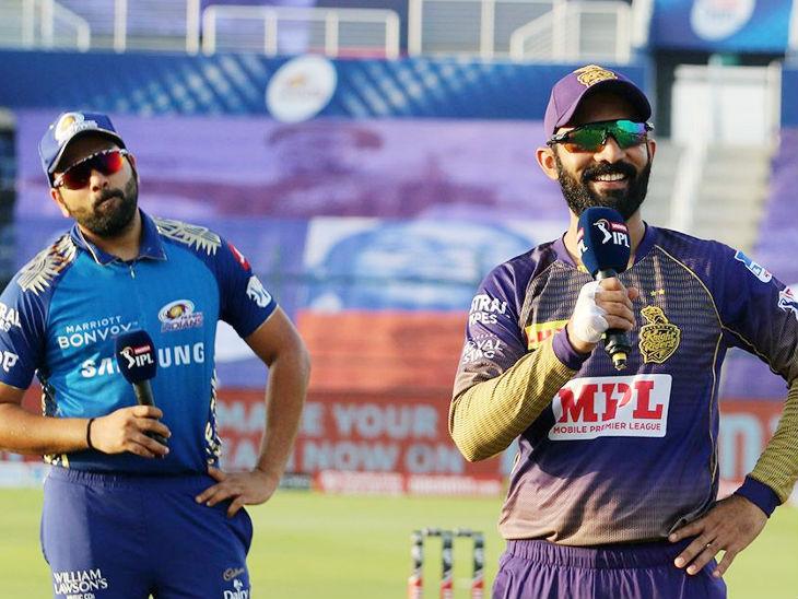 टॉस के दौरान कोलकाता के कप्तान दिनेश कार्तिक और पीछे खड़े मुंबई के कैप्टन रोहित शर्मा।
