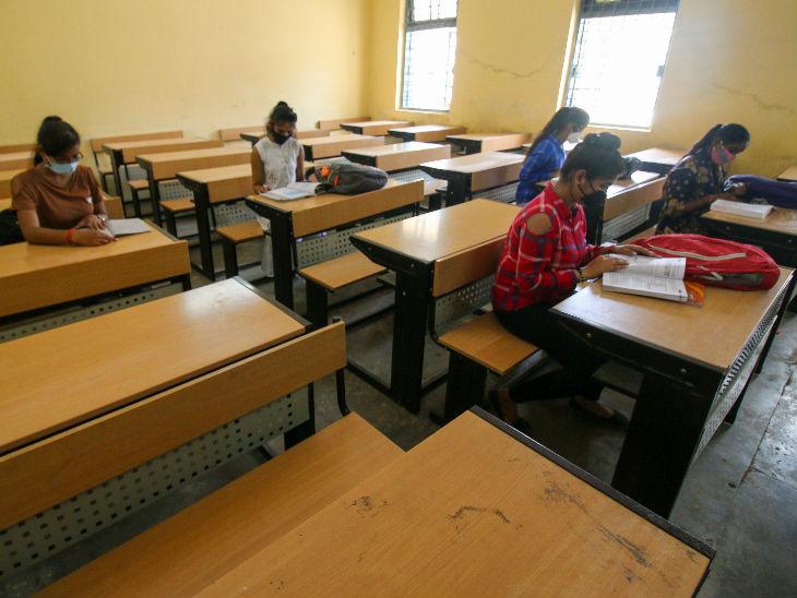 एक क्लास में सोशल डिस्टेंसिंग का पालन करते हुए ही विद्यार्थियों को बैठाया जाने के निर्देश हैं।