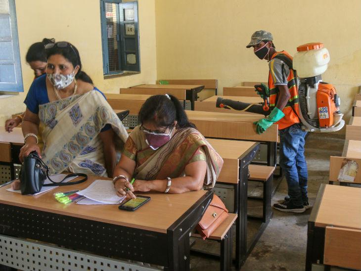 बच्चों को स्कूल आने के पहले पालक और फिर शिक्षक की अनुमति लेना अनिवार्य है।
