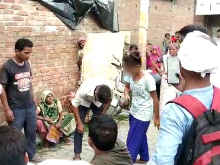 शाहजहांपुर में मॉर्निंग वॉक पर गई लड़की से छेड़खानी; पीड़ित ने भरी पंचायत में मारे ताबड़तोड़ चप्पल, पैरों पर गिराकर बहन बुलवाया|उत्तरप्रदेश,Uttar Pradesh - Dainik Bhaskar