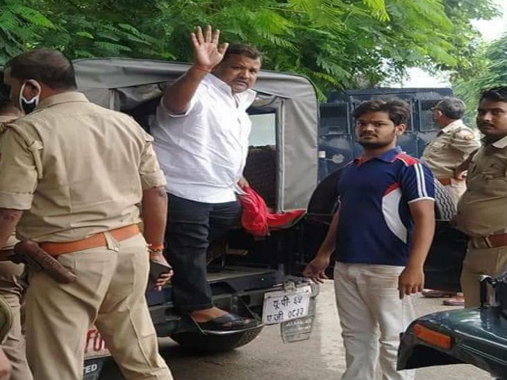 सपा नेता को अस्थायी जेल से दूसरी जगह ले जाया गया।