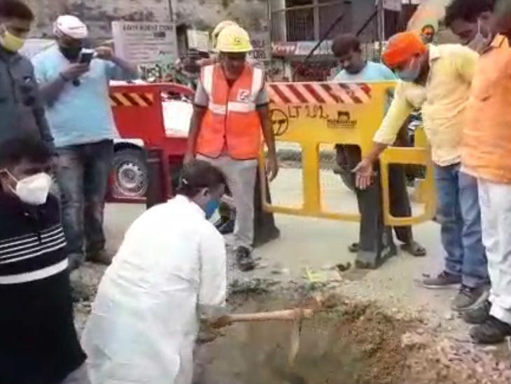 वाराणसी में राज्यमंत्री ने गड्ढा मुक्त अभियान की देखी हकीकत; सीवर के मेनहोल खुले देख अफसरों पर भड़के, खुद चलाया फावड़ा|उत्तरप्रदेश,Uttar Pradesh - Dainik Bhaskar