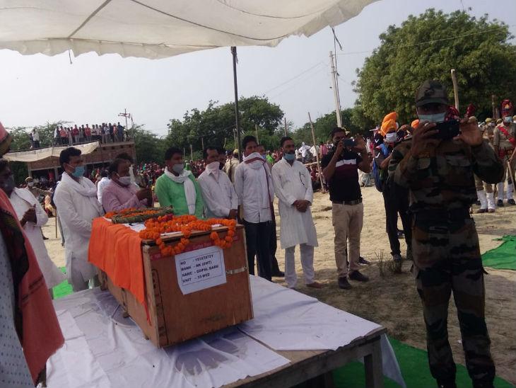 अंतिम संस्कार के लिए पैतृक गांव पहुंचा शहीद का पार्थिव शरीर।