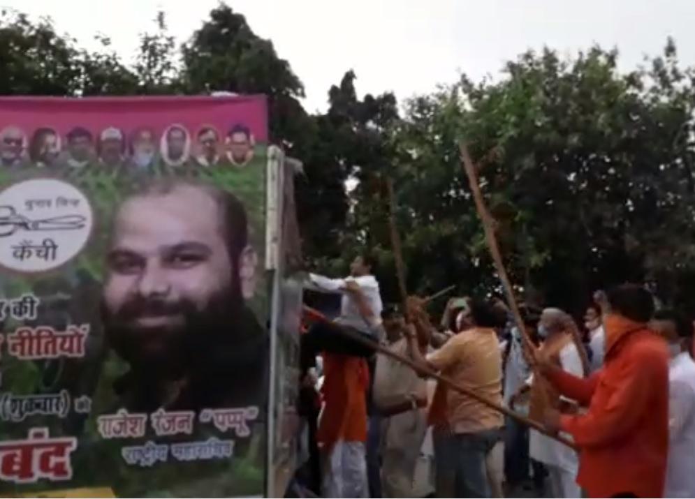 वाहन पर खड़े जाप कार्यकर्ताओं पर लाठी चलाते भाजपाई।