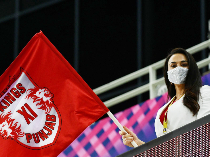 मैच जीतने के बाद टीम का हौसला बढ़ातीं प्रीति जिंटा।