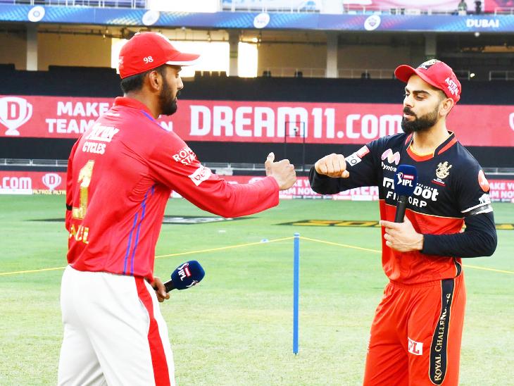 टॉस के बाद पंजाब के कप्तान लोकेश राहुल और बेंगलुरु के कैप्टन विराट कोहली।