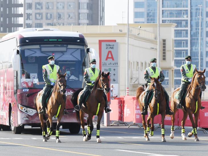 पंजाब टीम की बस के आगे चलते हुए सिक्युरिटी गार्ड।