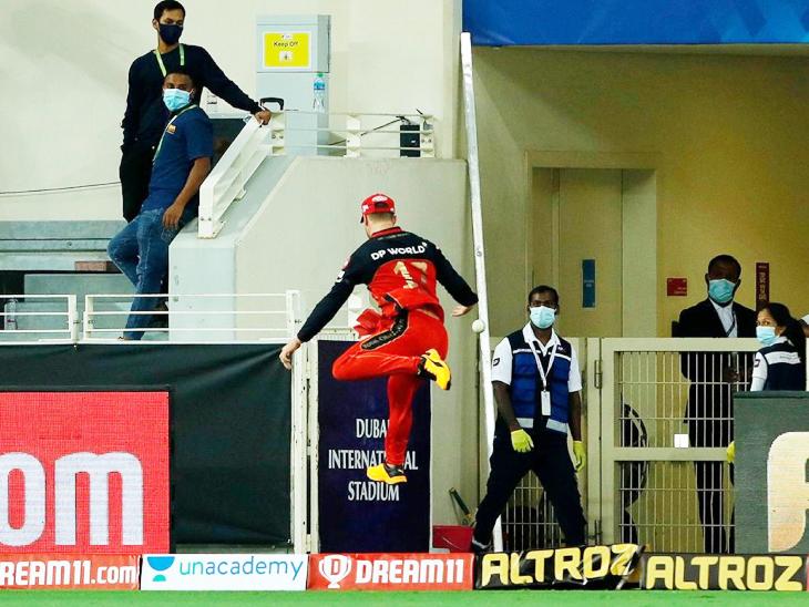 राहुल के एक छक्के को बाउंड्री पर रोकने की नाकाम कोशिश करते एबी डिविलियर्स।