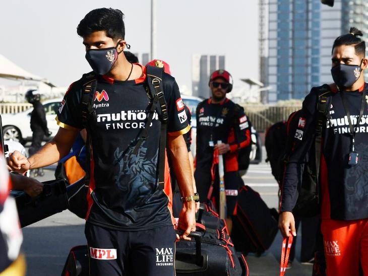 स्टेडियम में एंट्री से पहले खिलाड़ियों और स्टाफ से मोबाइल ले लिए गए।