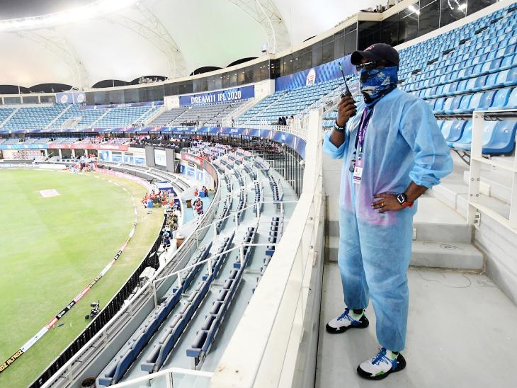 मैच के दौरान स्टेडियम में हेल्थ केयर वर्कर।