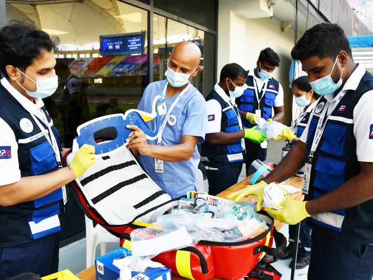 मैच के दौरान अपने इक्यूपमेंट के साथ मेडिकल टीम।