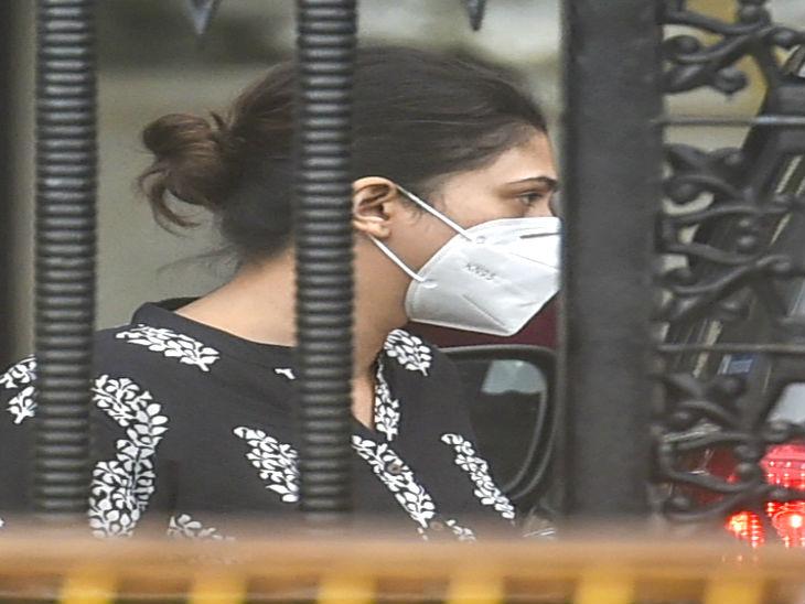 दीपिका पादुकोण की मैनेजर करिश्मा प्रकाश से शुक्रवार को 4 घंटे पूछताछ की गई।