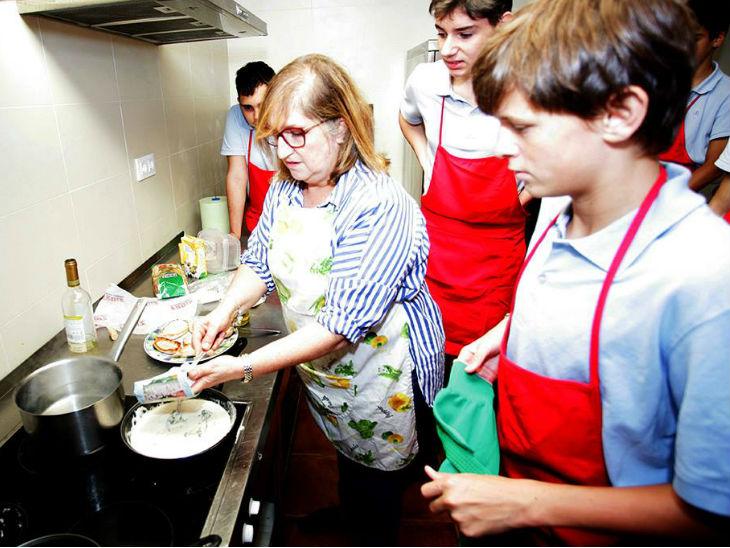 The Spanish school is teaching boys to cook, sweep and iron the clothes; the motive is to reduce negativity and increase gender equality in children   महीनों बाद स्कूल पहुंचे बच्चों की निगेटिविटी दूर करने के लिए खाना बनाना, झाड़ू लगाना सिखा रहा स्पेन का बॉयज स्कूल, लैंगिक समानता बढ़ाना भी है मकसद