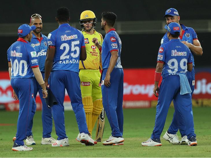 चेन्नई सुपरकिंग्स के खिलाफ मैच जीतने के बाद एक-दूसरे को बधाई देते दिल्ली कैपिटल्स के खिलाड़ी। - Dainik Bhaskar