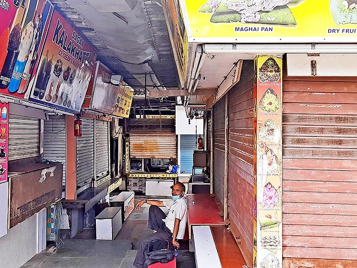 मुंबई तो अब अनलॉक हो चुकी है लेकिन बीच पर जो दुकानें हैं, वो बंद हैं। यहां काम करने वाले बेरोजगार हैं।