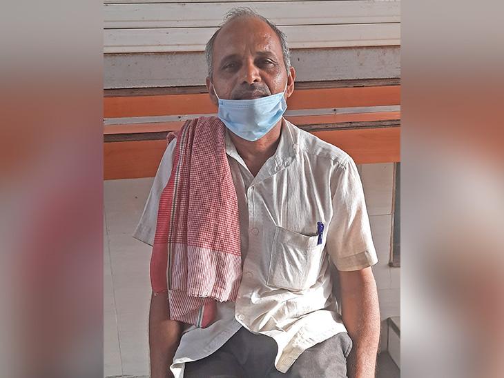 नरेंद्र कुमार शर्मा पिछले 34 सालों से जुहू बीच पर पान की दुकान चला रहे हैं।