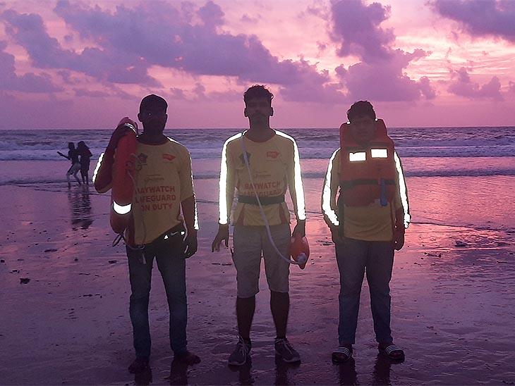 सागर बेवाच लाइफगार्ड एसोसिएशन से जुड़े हैं। ये लोग बिना कोई शुल्क लिए बीच पर लोगों की जान बचाने का काम करते हैं।