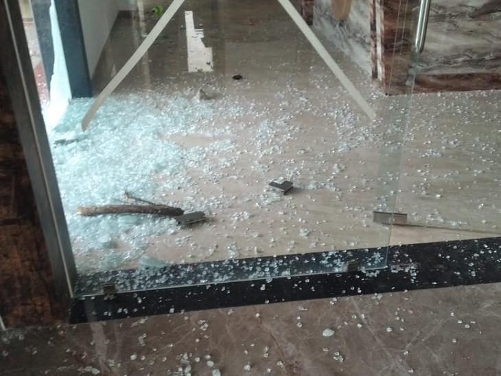 होटल के अंदर तोड़फोड़ की गई।