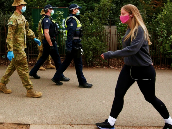 ऑस्ट्रेलिया में संक्रमण की दूसरी लहर चल रही है। कुछ हिस्सों में प्रतिबंधों का विरोध हुआ तो सरकार ने सुरक्षाबल तैनात कर दिए। विक्टोरिया के हेल्थ मिनिस्टर ने इस्तीफा दे दिया है। उन पर कुछ कॉन्ट्रैक्टर्स को फायदा पहुंचाने के आरोप हैं। (फाइल)