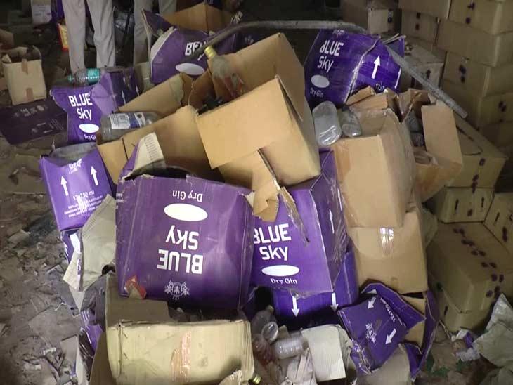 गोदाम में पड़ी शराब की पेटियां।