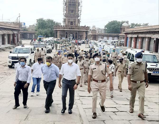 घंटाघर से निकाली गई जागरूकता रैली में शामिल जिला कलेक्टर व पुलिस कमिश्नर।