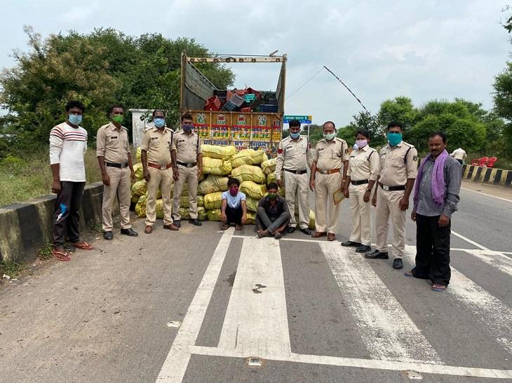 आरोपियों से पूछताछ में पता चला कि ओडिशा से गांजा लेकर दिल्ली जा रहे थे। 26 बोरियों में से प्लास्टिक में लिपटा 165 पैकेट गांजा बरामद हुआ। इसका वजन 8.10 क्विंटल है।