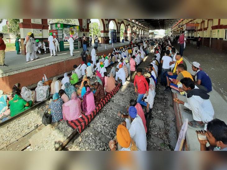 जालंधर कैंट स्टेशन पर पटरी पर धरना दे सरकार के खिलाफ नारे लगाते किसान।