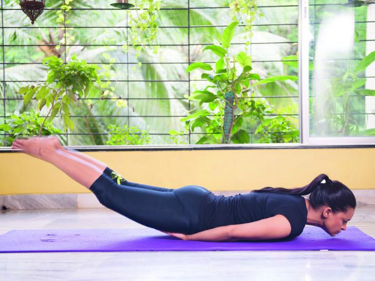 थकान, बढ़ते वजन और सायटिका के दर्द से जूझ रहे हैं तो शलभासन करें, यह पैरों की चर्बी घटाता है और हाजमा दुरुस्त रखता है|लाइफ & साइंस,Happy Life - Dainik Bhaskar