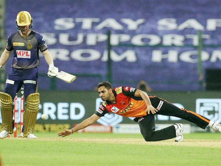 भुवनेश्वर कुमार 3 ओवर में 29 रन देकर कोई विकेट नहीं ले सके।