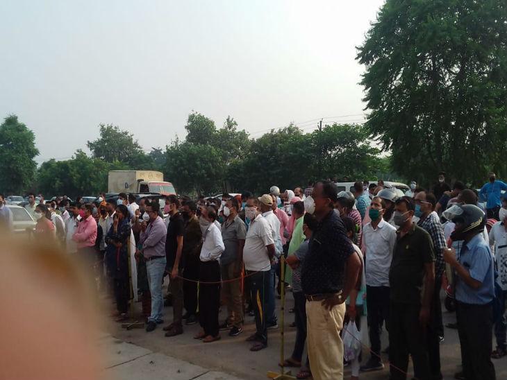 परीक्षा केंद्र के बाहर लगी अभिभावकों की भीड़।