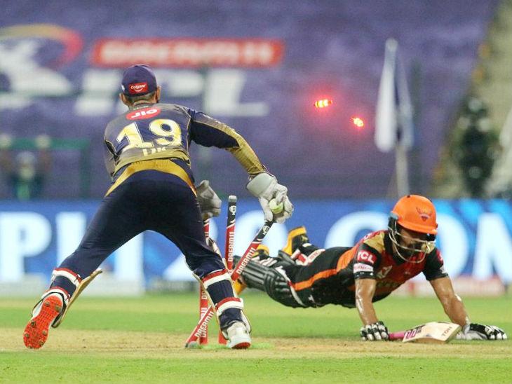 हैदराबाद के बल्लेबाज ऋद्धिमान साहा को रनआउट करते दिनेश कार्तिक।
