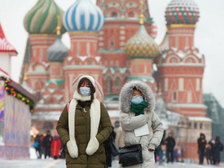 मॉस्को की एक सड़क से गुजरते टूरिस्ट। हेल्थ मिनिस्ट्री के मुताबिक, मॉस्को में दो दिन में 31 लोगों की मौत संक्रमण के चलते हुई। (फाइल)
