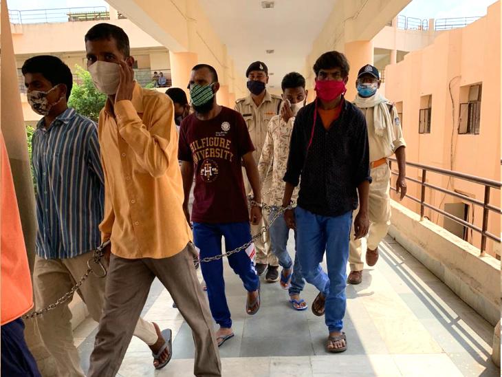 अदालत में सजा सुनाने के बाद आरोपियों को पुलिस लेकर गई।