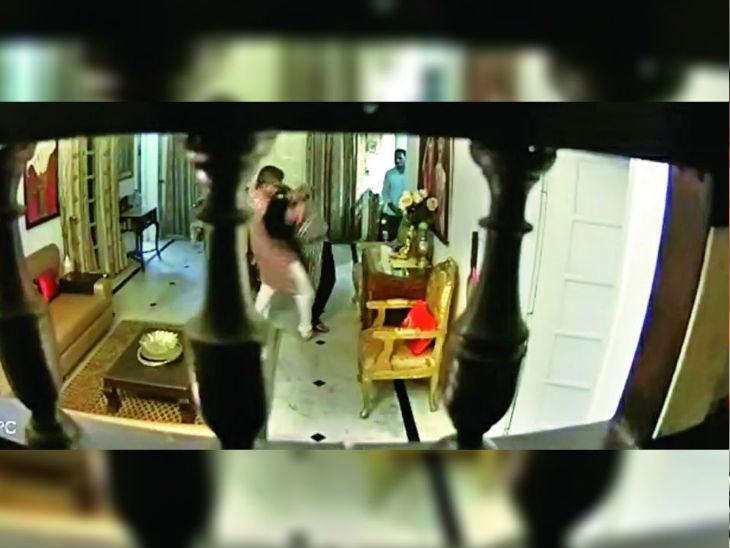 Madhya Pradesh Bhopal DG Purushottam Sharma Caught Red-Handed In An Objectionable Position Video Update: DG Rank Officer Tortures Wife | पत्नी को बेरहमी से पीटने वाले डीजी रैंक के पुलिस अफसर पद से हटाए गए, वीडियो वायरल होने पर कहा था- राक्षस हूं तो शिकायत करो