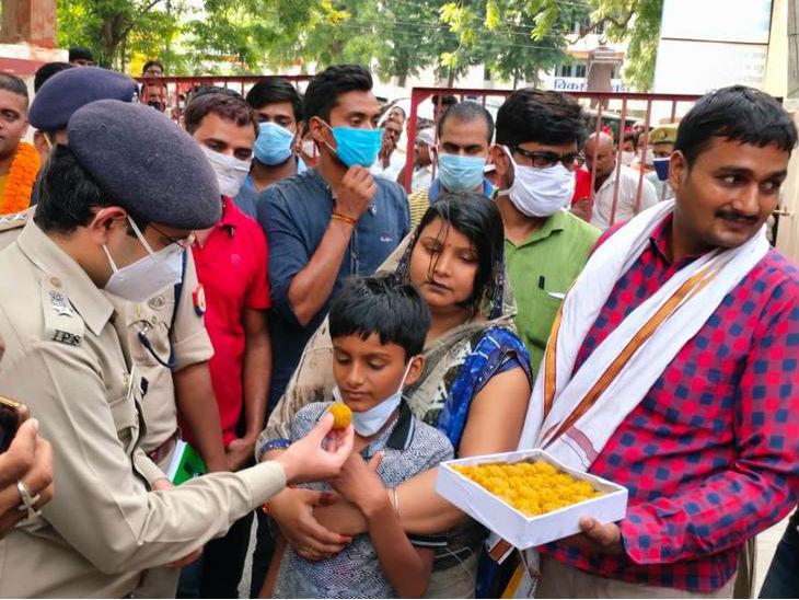 बच्चे की सकुशल बरामदगी पर माता-पिता ने लड्डू बांटे। - Dainik Bhaskar